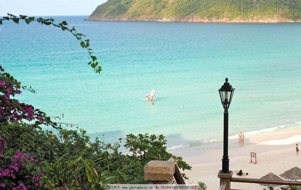 路灯 鲜花 绿树 远山 游客 休闲假期 沙滩 海浪 马来西亚热带海岛风景