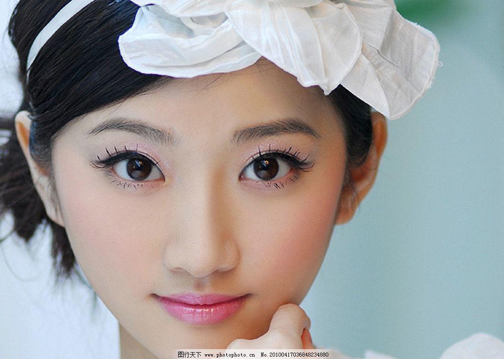 白衣小美女景甜可爱托腮图