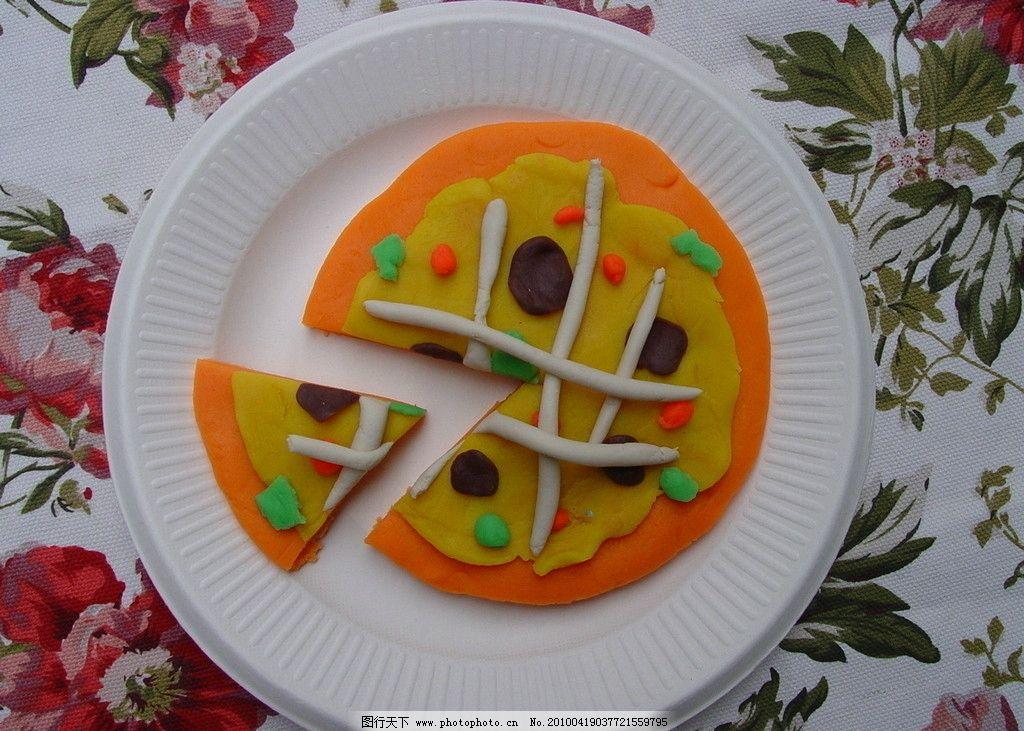 橡皮泥做的皮萨饼 橡皮泥 盘子 桌布 白色 橙色 棕色 绿色 花纹
