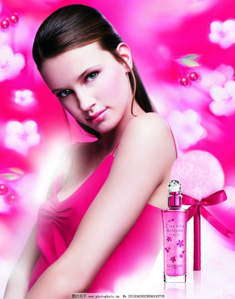 香水女人 外国女孩 深棕色头发 长发 粉色调 广告设计