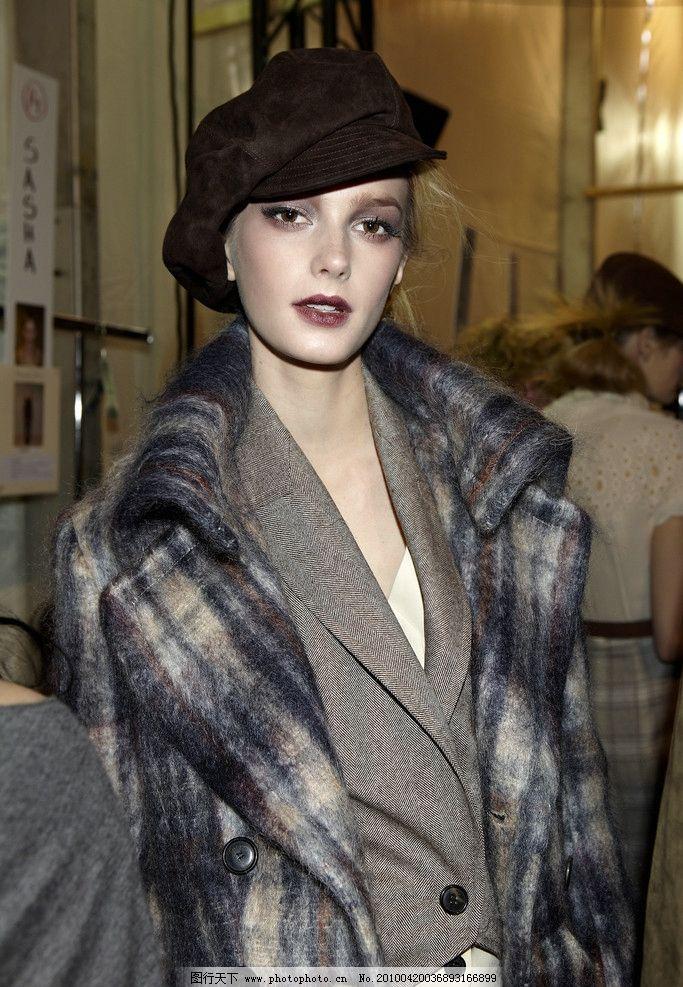 外国女模特 戴帽子 棕色线帽 中景 格子大衣 女性 女性女人 人物图库