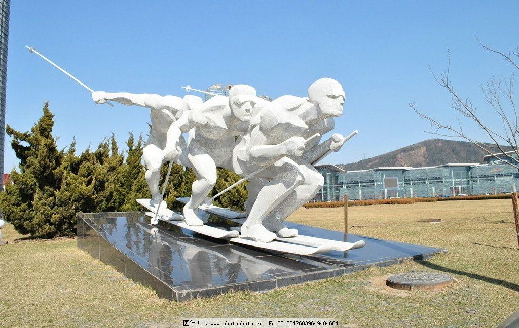 广场雕塑滑雪者图片