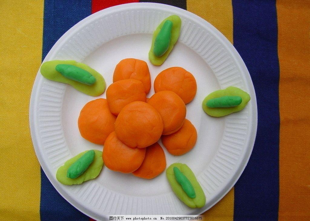 橡皮泥做的美食南瓜饼 盘子 桌子 桌布 条纹 橙色 黄色 绿色