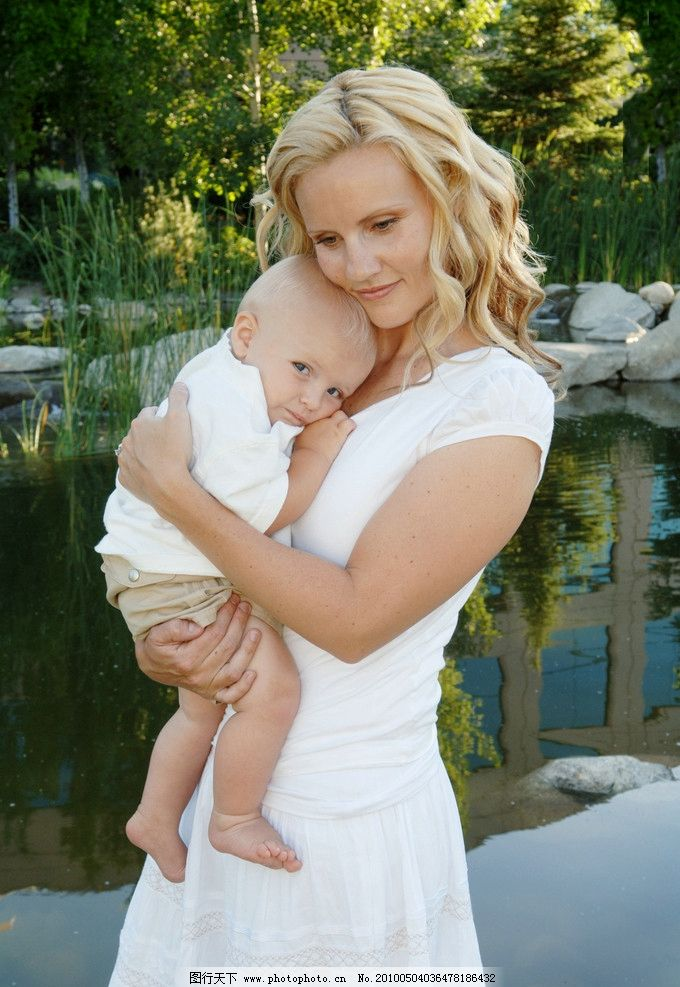 母子 小孩 母亲 关怀 水池 宝贝 儿童 可爱 温馨 美女 婴儿