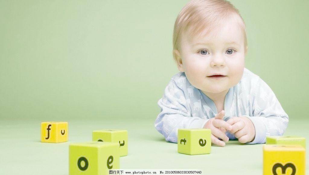 可爱宝宝 草地 儿童 儿童幼儿 积木 绿色 可爱宝宝图片素材下载