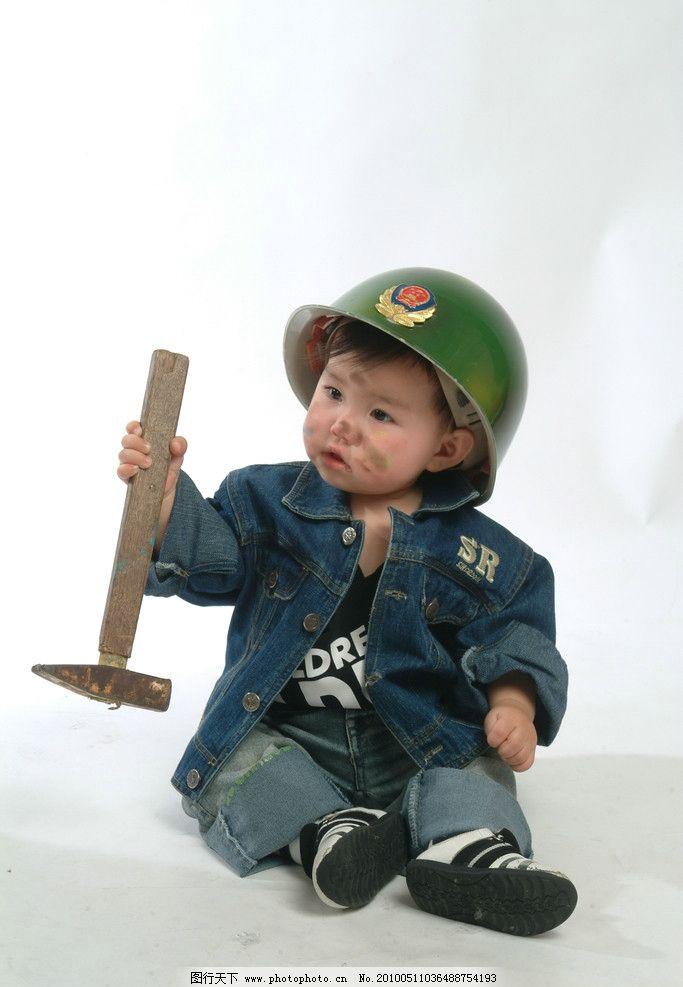戴帽子的小孩 拿枪的小男孩