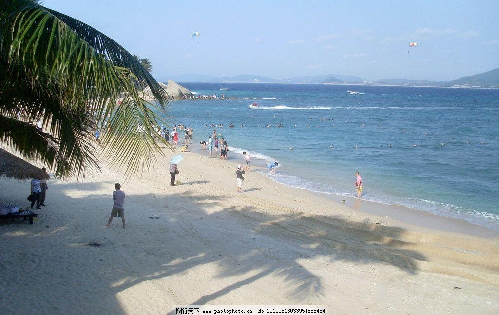 海南风景 蓝天 白云 远山 大海 岩石 游泳 游人 沙滩 椰树 阴影 自然