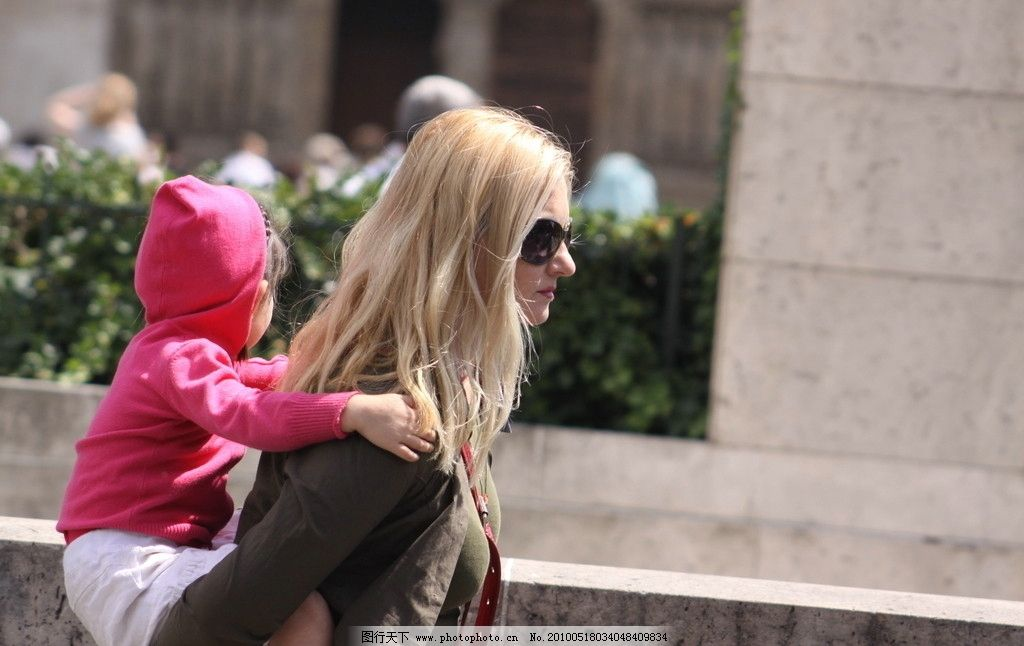 欧洲背小孩的女人图片