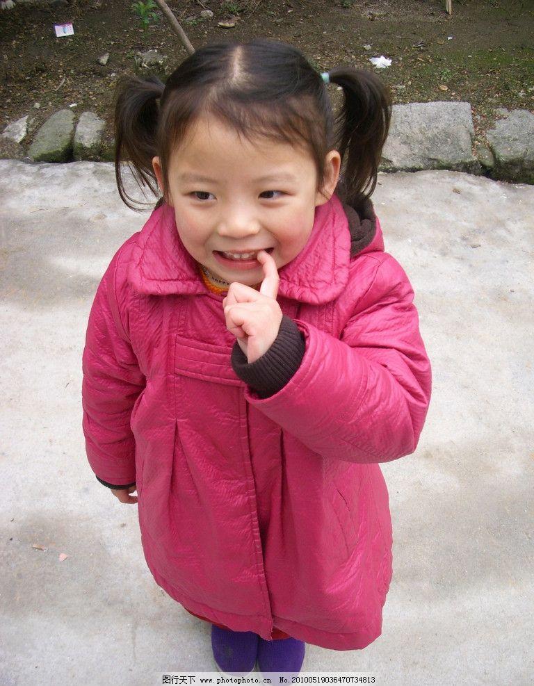 可爱小女孩 小孩 女孩 儿童 可爱 红色衣服 儿童幼儿 人物图库 摄影