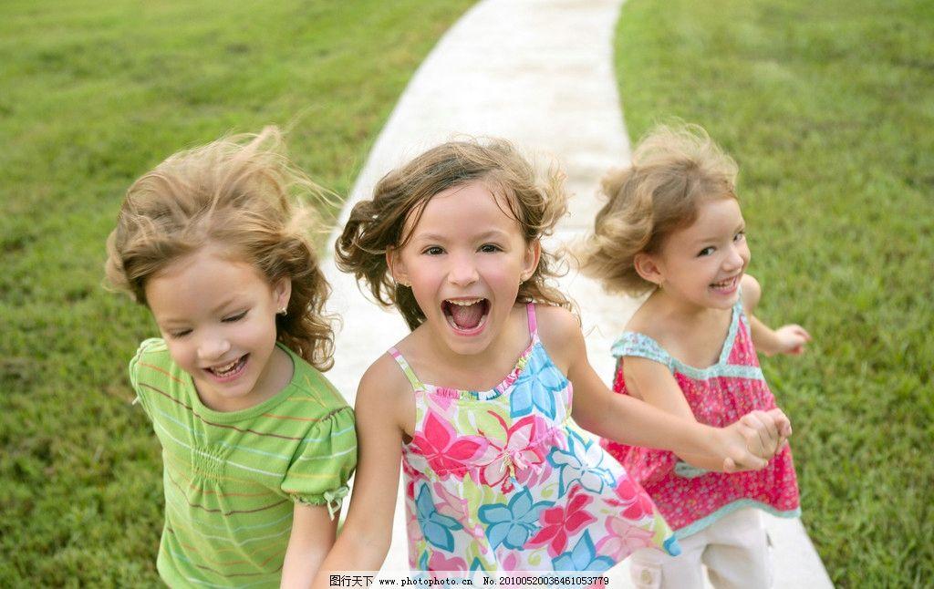 女孩 朋友 伙伴 奔跑 快乐 笑容 笑脸 灿烂的笑容 幸福 开心 外国儿童