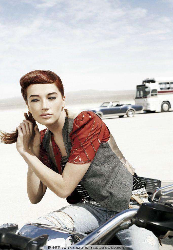 西部风情 国外时尚模特 女模特 摩托车 沙漠 人物摄影 人物图库 摄影