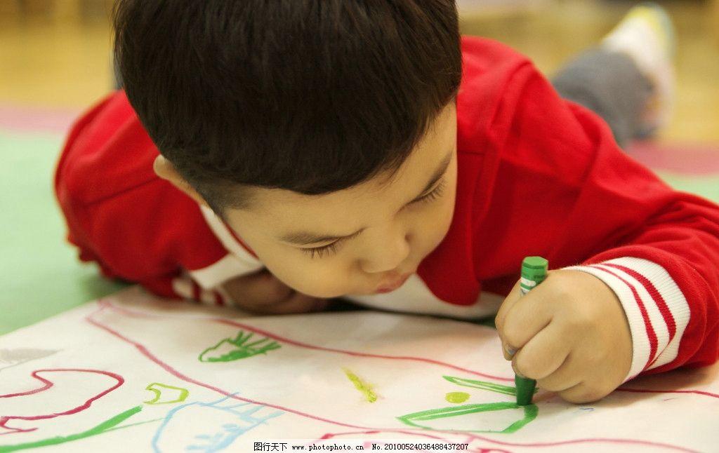 幼儿园 小孩子在画画图片
