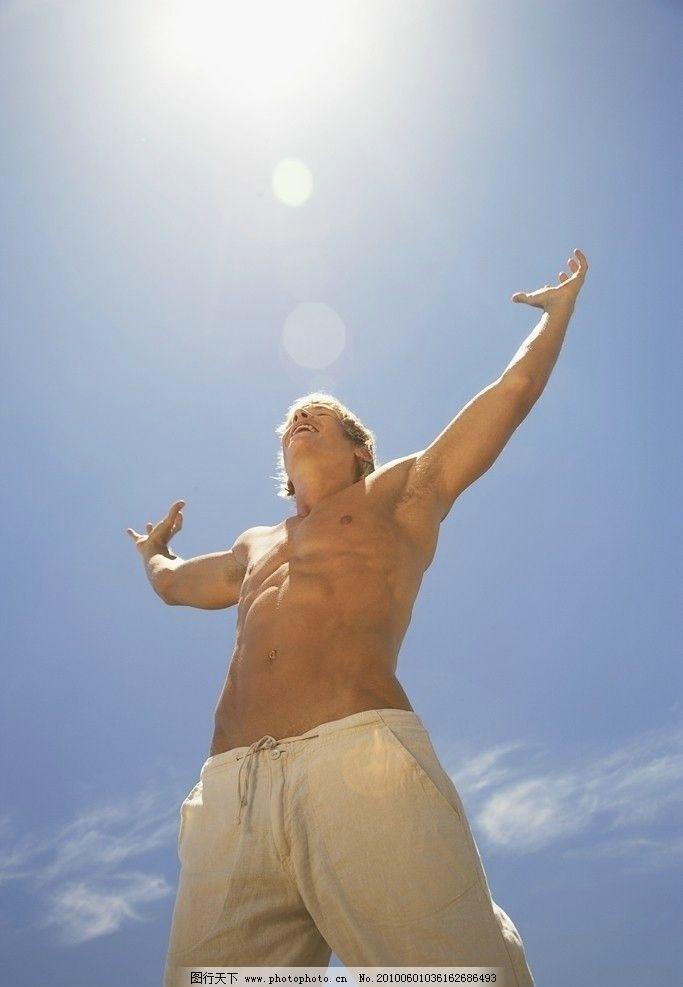 自信男人 海滩喜悦 国外摄影 外国 国外 男人 女人 摄影 海滩 阳光