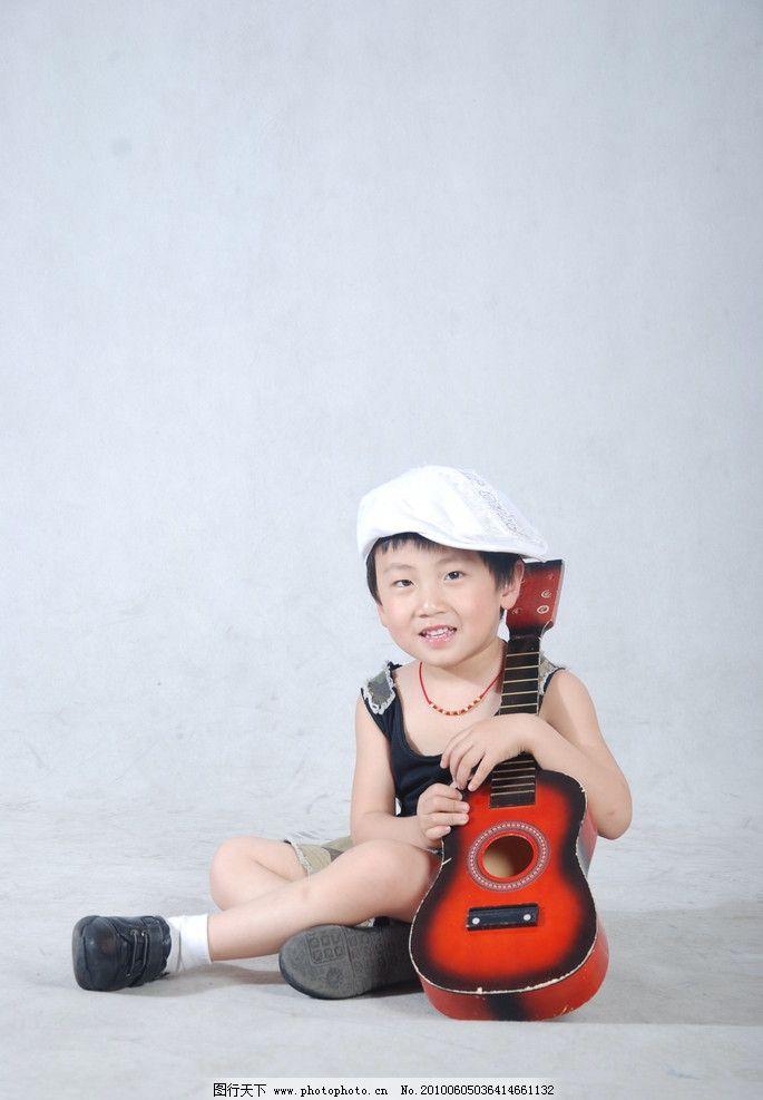 幼儿 男童 时尚宝贝 可爱宝贝 可爱小男孩 拿着小提琴的男孩 戴帽子的