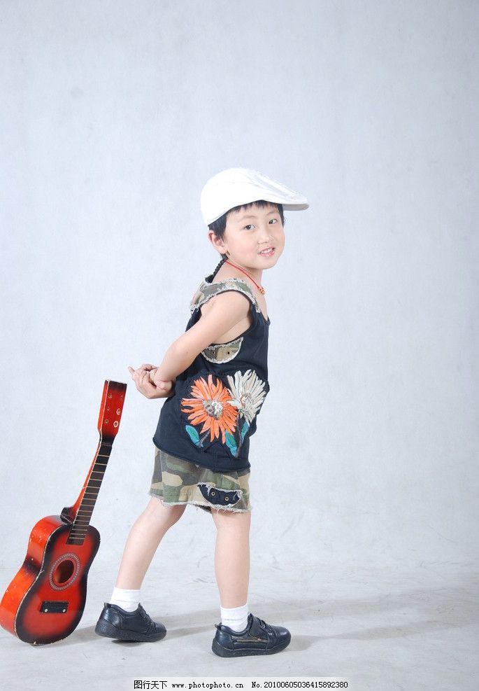 幼儿 男童 时尚宝贝 可爱宝贝 可爱小男孩 拿着小提琴的男孩 戴帽子