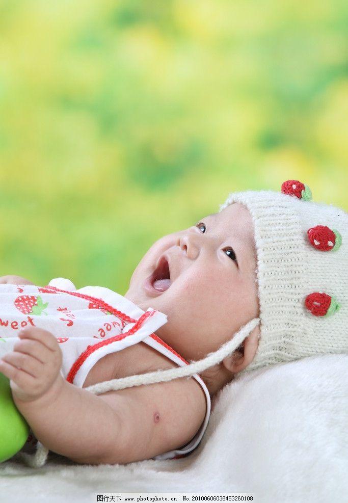 可爱儿童摄影 背景 草莓 婴儿 微笑 毛毯 小脚丫 肚兜 摄影图库