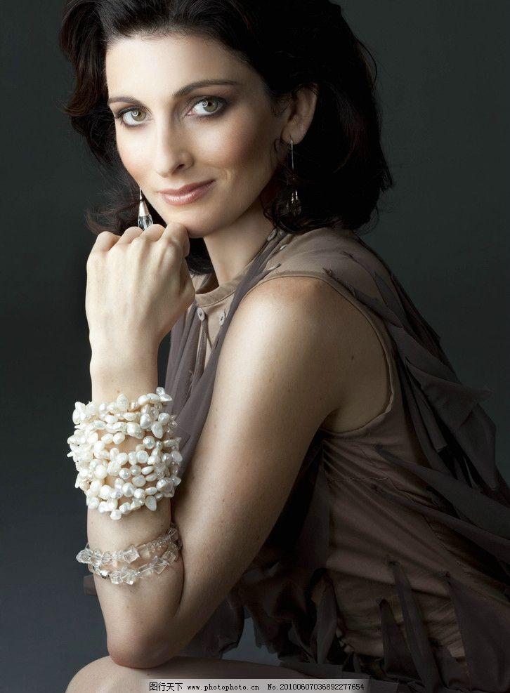 模特 首饰 饰物 珍珠 手链 水晶 耳环 服饰 女性人物 女性女人 人物图