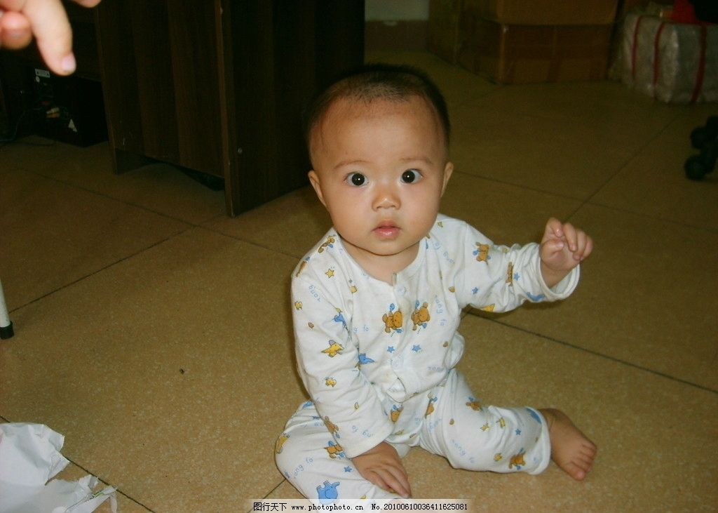 大眼睛的可爱小孩图片