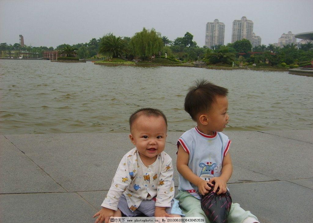 好可爱的小孩 小孩 可爱 风景 湖边 公园 玩 儿童 儿童幼儿 人物图库