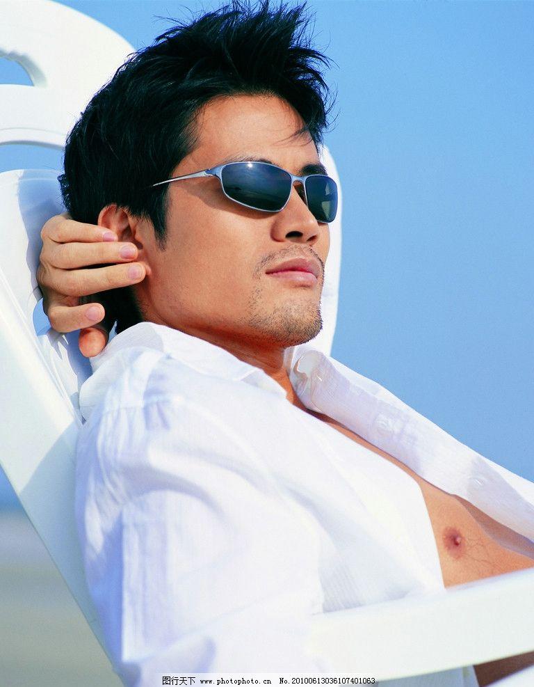 帅哥 海滩 眼镜 椅子 眼镜美女帅哥 日常生活 人物图库 摄影 300dpi图片