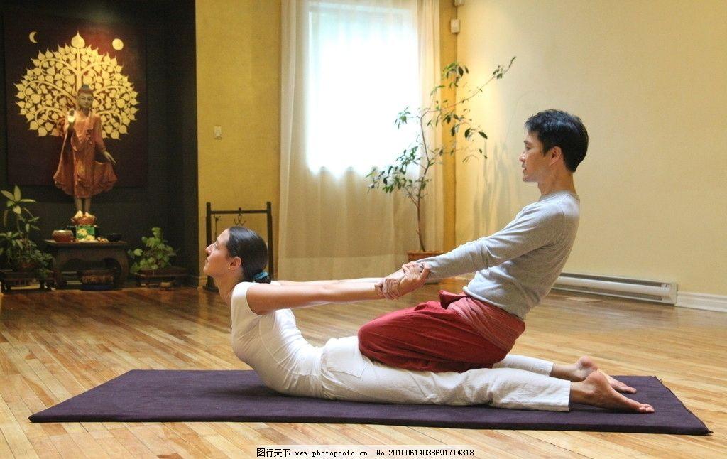 健身 瑜伽 室内 木地板 服饰 男人 女人 服装 佛像 地毯 植物 盆栽