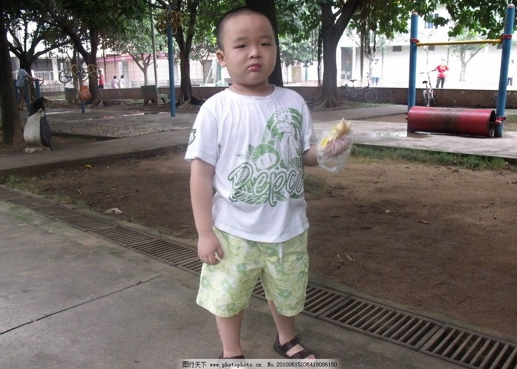 小孩在公园 公园 吃早餐 小孩 小胖子 可爱 儿童幼儿 人物图库 摄影 7