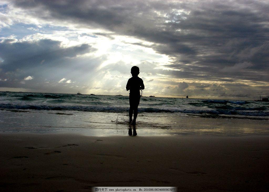 阴天下的小男孩 阴天 阳光 小男孩 海滩 唯美艺术 低沉背景 自然风景