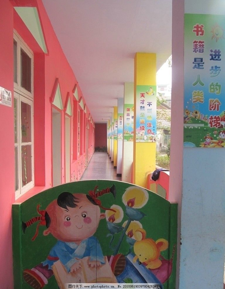 幼儿园走廊 合叶门 卡通画 娃娃 老鼠 油灯 文化 彩色柱子 瓷砖