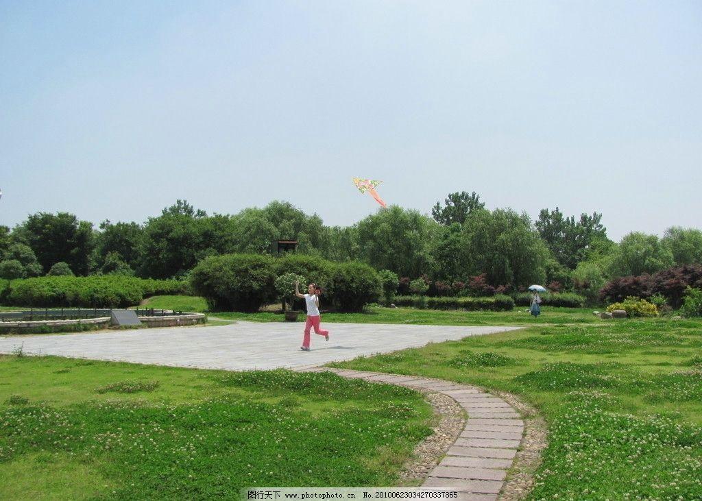 放风筝的小女孩 春天 绿色 童年快乐 天空 草地 小路 树木 梁祝公园