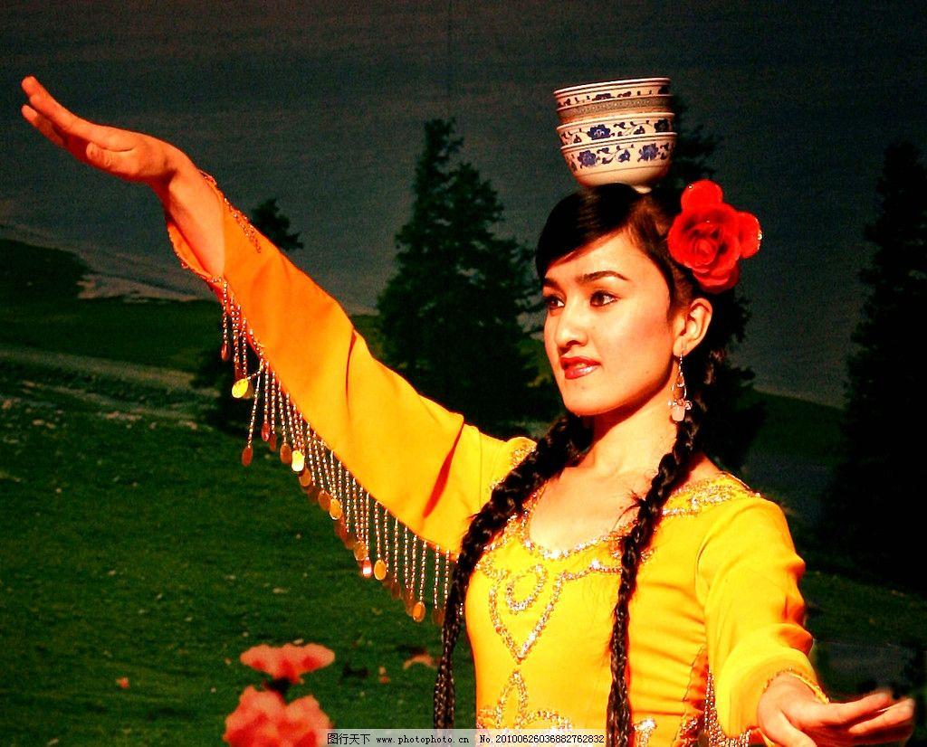 新疆女人��i&�f�x�_新疆美女杂技 表演 顶碗 女性女人 摄影