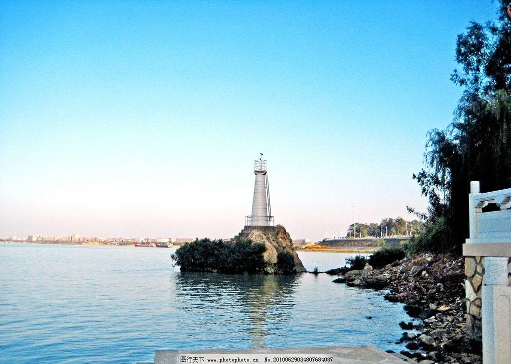水和塔的照片